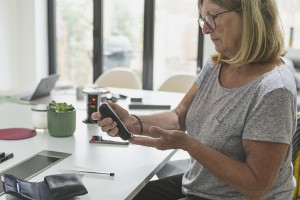 femmes utilisant un appareil diabétique pour avoir son niveau de sucre dans le sang