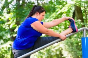 Femme en surpoids faisant du sport